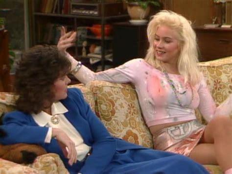 Photo: Marcy D'Arcy (Amanda Bearse) ?i Kelly Bundy