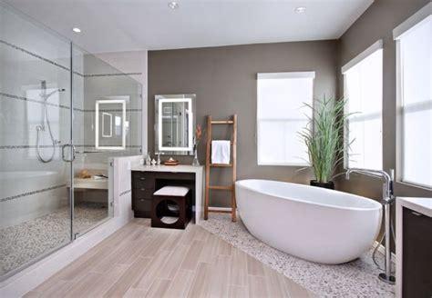 modernes badezimmer fliesen boden holzoptik kieselsteine