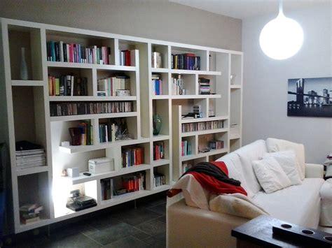 soggiorno libreria una maxi libreria fatta di mensole orizzontali e