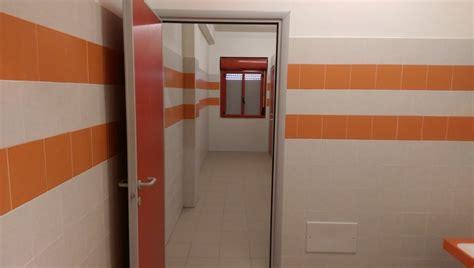 nei bagni di scuola prof posso andare in bagno negli orari di apertura