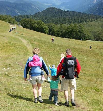 wandlen kinder bergwandelen met je kindje in een draagzak