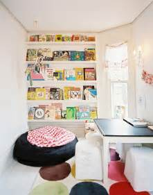 Living Room Window Seat - space saving book shelves and reading rooms