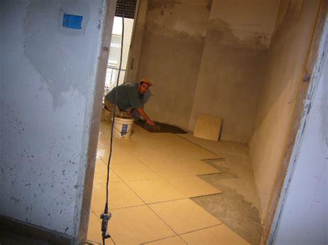 montaggio piastrelle pavimenti squadratura dei locali messa in opera dei
