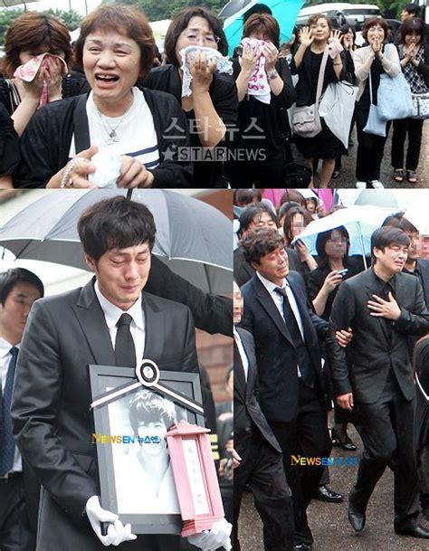 so ji sub và park yong ha mourners bid actor park yongha last farewell k bites