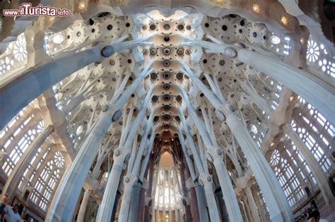 sagrada familia interno interno sagrada familia barcellona basilica foto