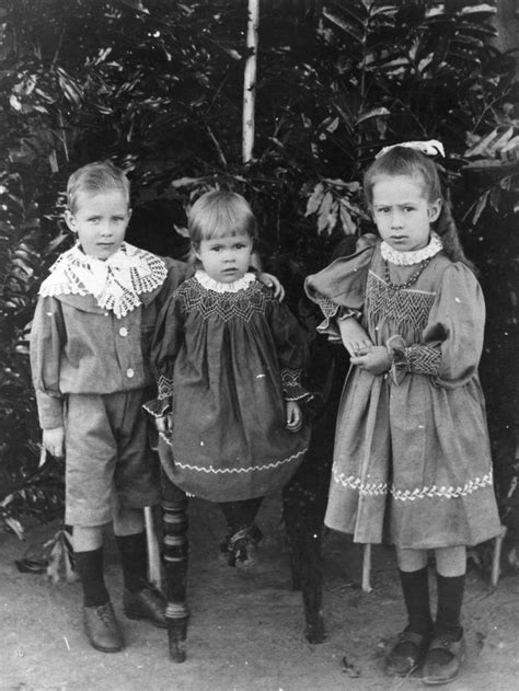 File:StateLibQld 1 42715 Portrait of the Colquhoun children of Lake Clarendon, early 1900s