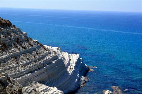 sul mare sicilia la scala dei turchi un accecante scogliera sul mare di
