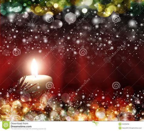 le 4 candele quattro candele rosse con le palle di natale alla luce