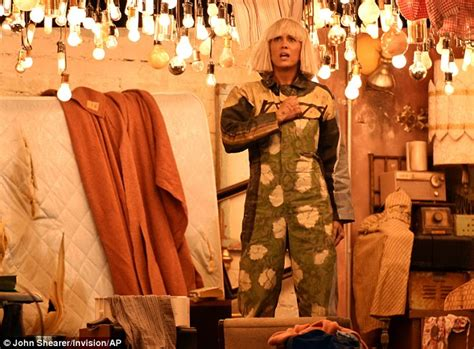 Sia Chandelier Performance Sia Kristen Wiig And Maddie Ziegler Perform Chandelier At Grammy Awards Daily Mail