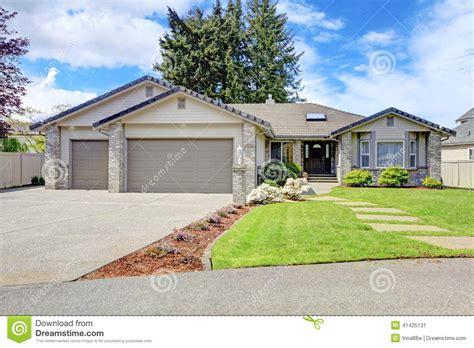 House Plans With Large Front Porch ext 233 rieur moderne de maison vue de porche et de garage d