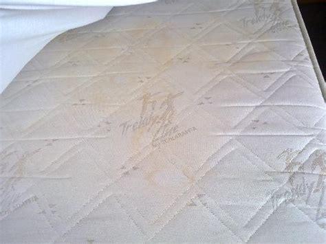 matratze schimmel unterseite dreck und schimmel in den duschfugen foto hotel