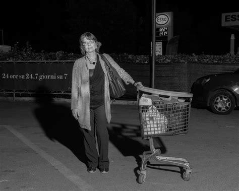 lavoro scaffalista roma una notte al supermercato per capire dove va il mondo