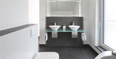 fliesen schwarz weiß badezimmer badezimmer schwarz wei 223 gefliest badezimmer