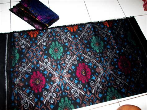 Tenun Blanket Hitam kain tenun ikat saraswati hitam daun warna warni cv