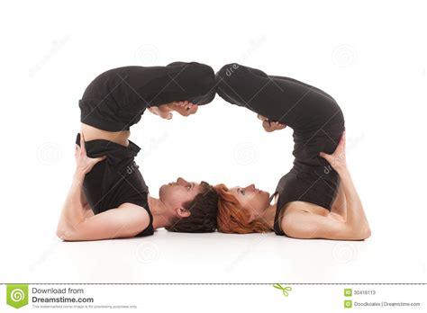 imagenes del grupo yoga dos mujeres y hombres uno que practican yoga fotos de