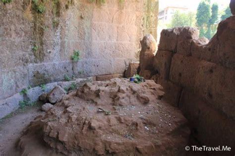 divo giulio ao fundo o tumulo de cesar foto di tempio divo