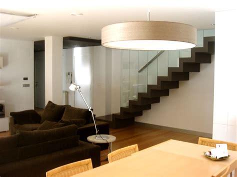 decoracion moderno sala de estar escalera mesas de