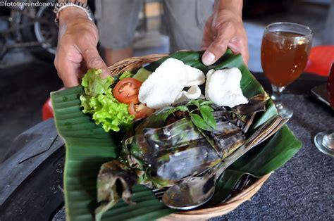 cara membuat nasi bakar lg lung pelayan menyajikan menu nasi bakar di warung antik