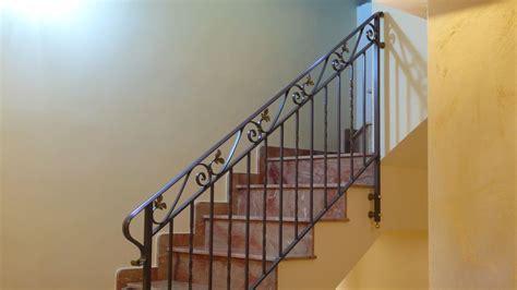 ringhiera in ferro battuto per scale interne corrimano per scale interne a muro corrimano in ferro