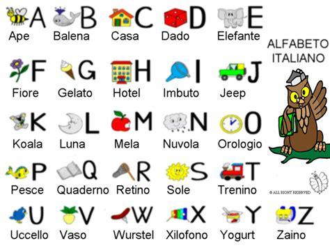 alfabeto completo di lettere straniere sta disegno di alfabeto italiano con disegni a colori