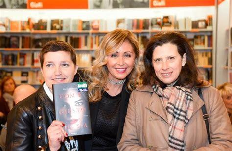 libreria feltrinelli como la mamma di chiara ferragni a como per il suo libro como