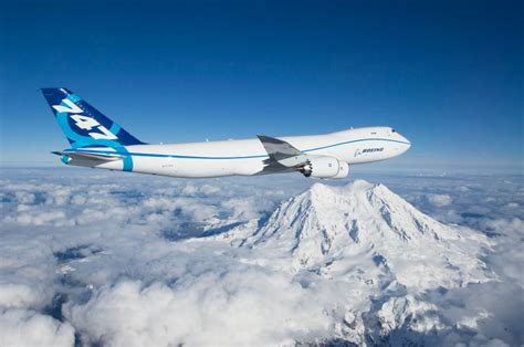 who flies 747 8 big jet big mountain boeing 747 8 flying by mount