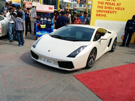 pakwheels auto show lahore   vehicular mosh pit