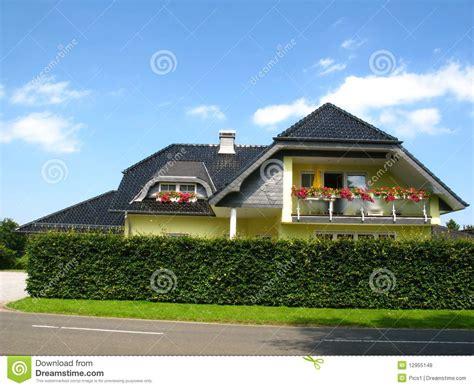 Neues Haus Mit Grundstück Kaufen by Neues Gelbes Haus Lizenzfreie Stockfotos Bild 12955148