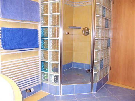 dusche mit glasbausteinen 187 eckdusche mit bunten glasbausteinenfliesen mammel
