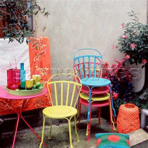 el0286 patio garden with colourful garden furniture