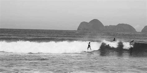 Batu Motif Ombak Laut Merah menguji adrenalin di deburan ombak pulau merah