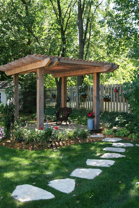 patio japonais pas japonais sur gazon pergola en bois de c 232 dre