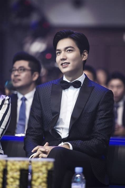 film lee min ho our english teacher lee min ho receives award at quot 2016 weibo movie night quot soompi