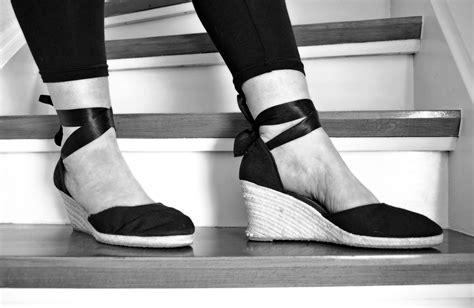 Sepatu Ke Pantai Wanita gambar hitam dan putih kaki musim semi mode satu