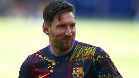 official lionel messi announces   stay