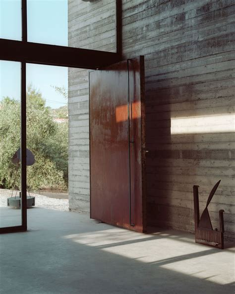 Pivoting Front Door Warehouse Designed By A31 Architecture Keribrownhomes