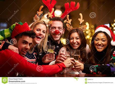 imagenes feliz navidad grupo grupo de amigos que disfrutan de bebidas de la navidad en