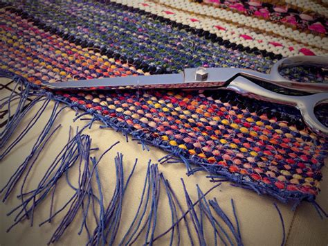 how to make a rag rug weaving loom finishing rag rug with square knots and trimming warp ends weave beginning and end with