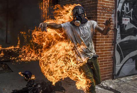 imagenes venezuela de ayer un joven envuelto en llamas y otro aplastado por una