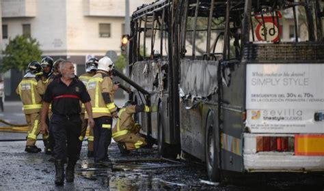 format factory que hace arde un autob 250 s provocando una gran columna de humo sin