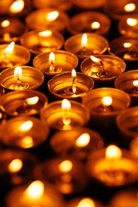 bougies allumees de nombreuses bougies jaunes brillent