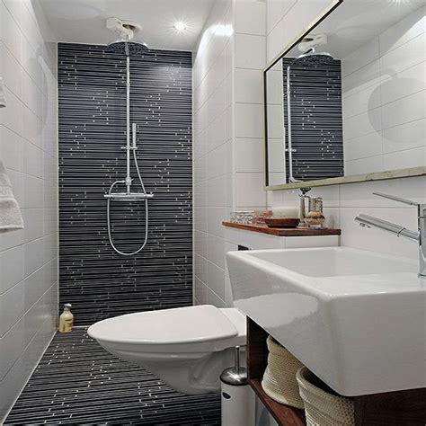 une salle de bain grise amenagee en longueur