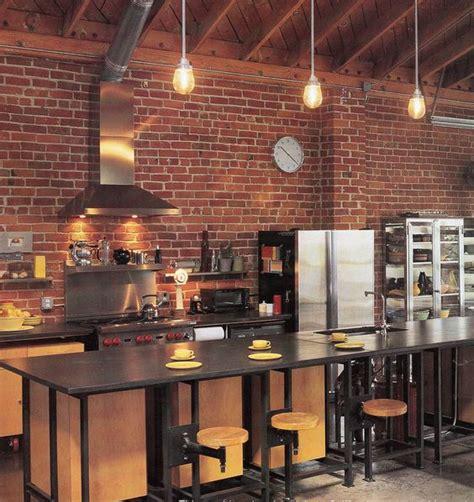 cuisine en brique cuisine bois clair avec touches noir et briques rouges