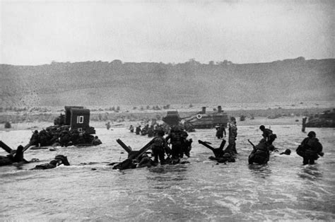 libro d day beach assault troops normandy june 6th 1944 us troops assault omaha beach during the d day landings robert capa
