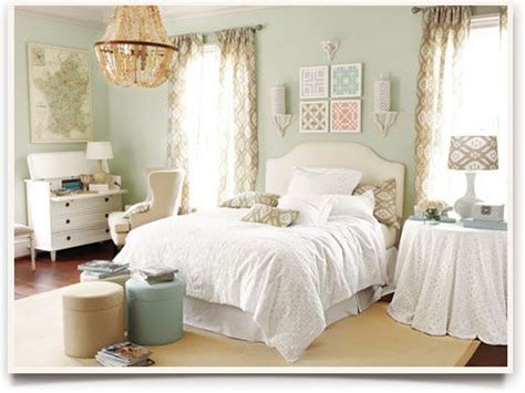 bedroom decorating ideas wall color white linens and