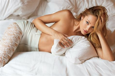 shayk hace infartante striptease para love new style for 2016 2017 kate upton miranda kerr pose in bed for v magazine fall 2015