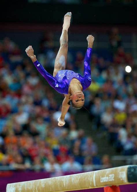 gymnast gabrielle douglas donates olympic items to smithsonian cbs dc london 2012 olympics tv womens gymnastics team finals