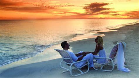 imagenes romanticas de parejas en la playa disfrutar las vacaciones en pareja