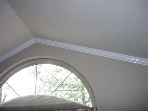 crown moulding installed on a vaulted ceiling pour la