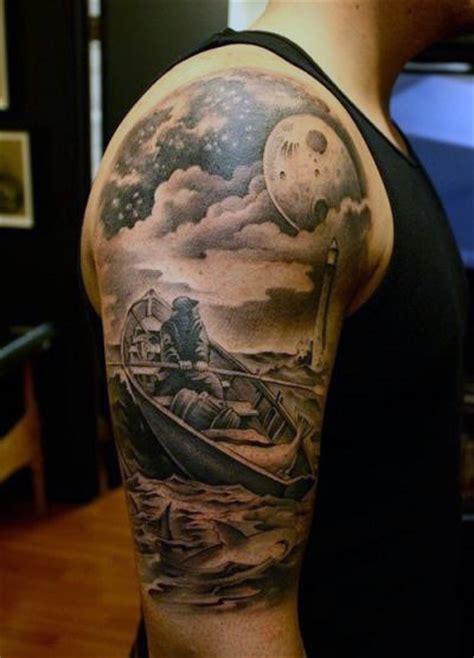 detaillierter mann im boot mit leuchtturm tattoo mit
